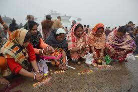 File:Hindu Devotees Pray To Surya - Makar Sankranti Observance - Baje  Kadamtala Ghat - Kolkata 2018-01-14 6883.JPG - Wikimedia Commons